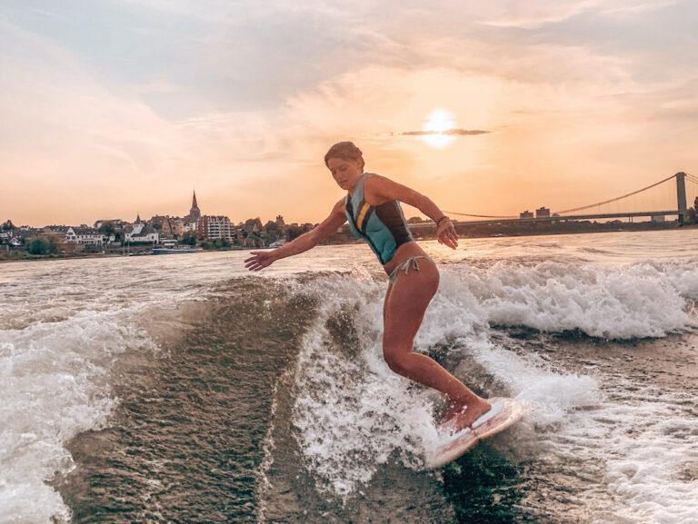 surfen-auf-dem-rhein-hinter-einer-künstlichen-welle-scaled